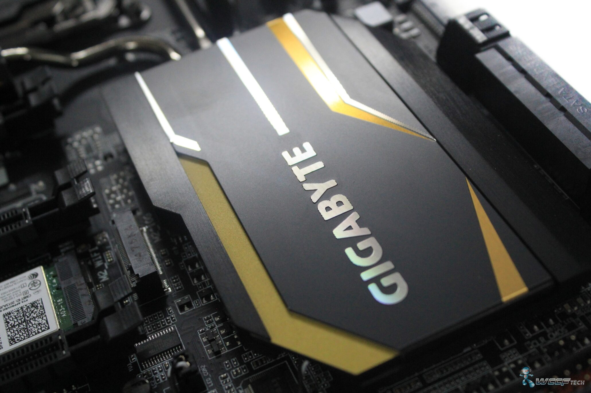 gigabyte-x99-ud7-wifi_pch-heatsink-4