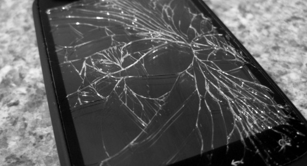 smartphone-cracked-glass-bw-610x330