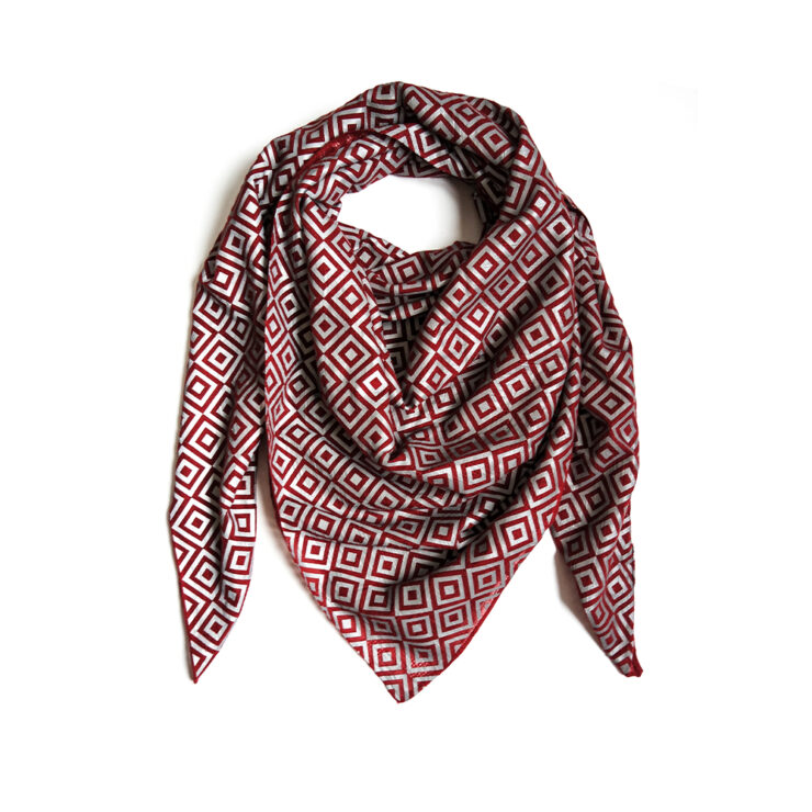ISHU Scarf Is A Special Fabric That Reflects Light And Reflects The Paparazzi While Emanating A Stylish