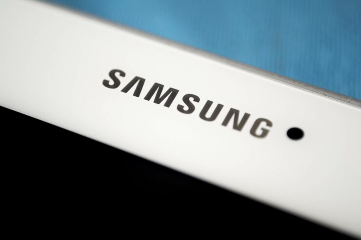 Samsung smartphone AMOLED market 70%