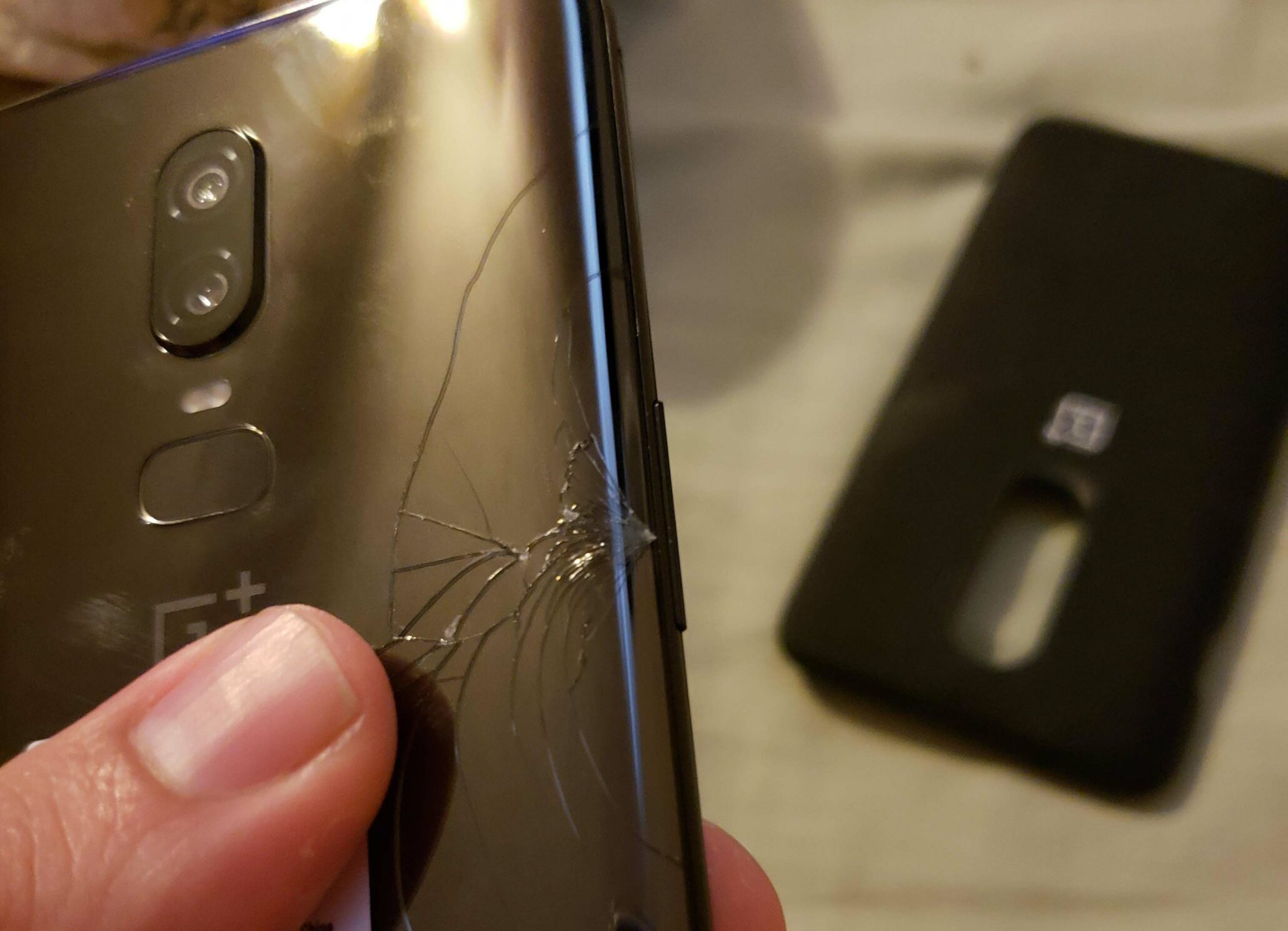 half off 8c487 e05c0 OnePlus 6 Users Are Reporting On the Phone's Rear Glass Panel ...