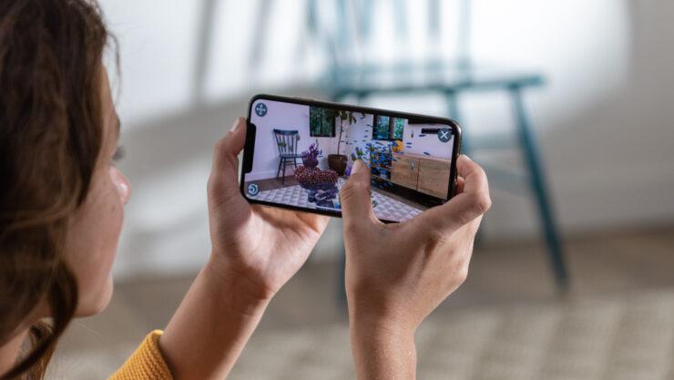 apple-iphone-xs-hands_screen-09122018_inline-jpg-large_2x