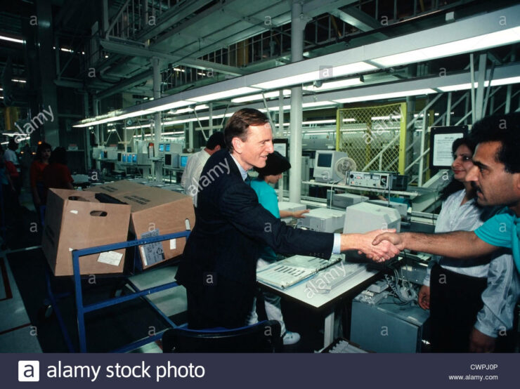john-sculley-apple-ceo-from-1983-until-1993-shakes-hands-with-apple-cwpj0p