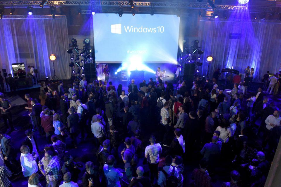 windows 10 900 million