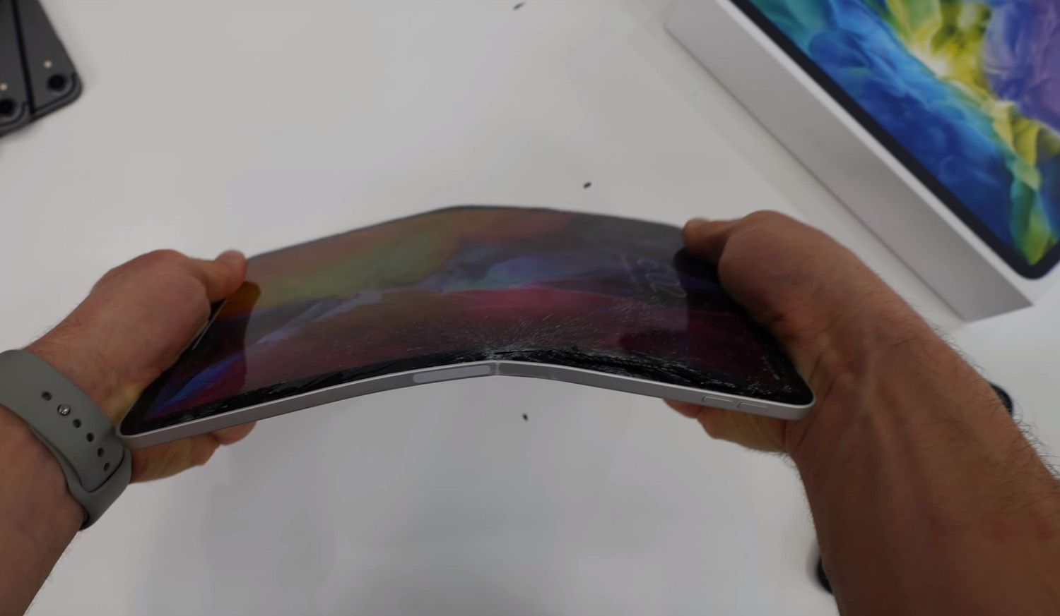 Image of article '2020 iPad Pro Bend Test Shows Apple's New Tablet Is Just as Fragile as Its Predecessor, so Be Careful'