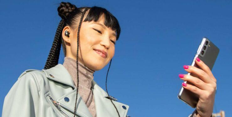 Apple Is Marketing Its Beats Studio Buds Using a Galaxy S21